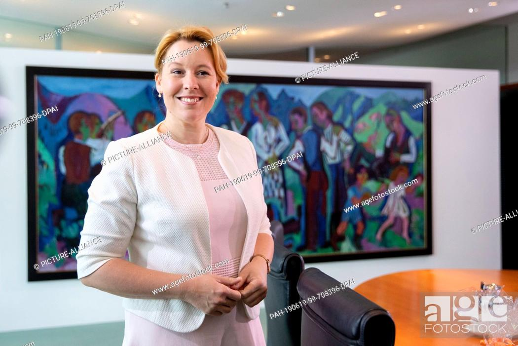 Imagen: 19 June 2019, Berlin: Franziska Giffey (SPD), Federal Minister for Family Affairs, Senior Citizens, Women and Youth, attends the Federal Cabinet meeting at the.