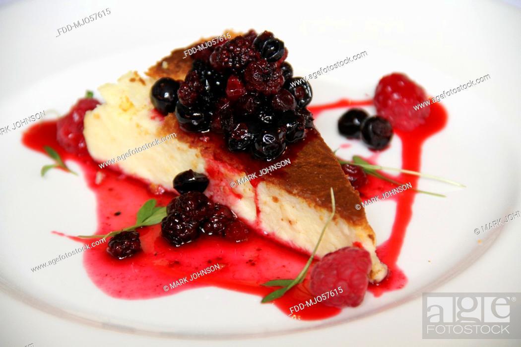 Imagen: Vanilla Cheesecake With Berries And Basil.