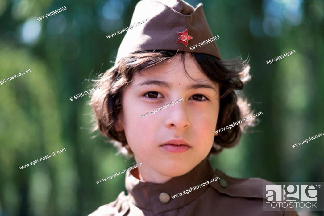 Imagen: Portrait of a boy in the uniform of a soldier of the Red Army during the Second World War. Face close up.
