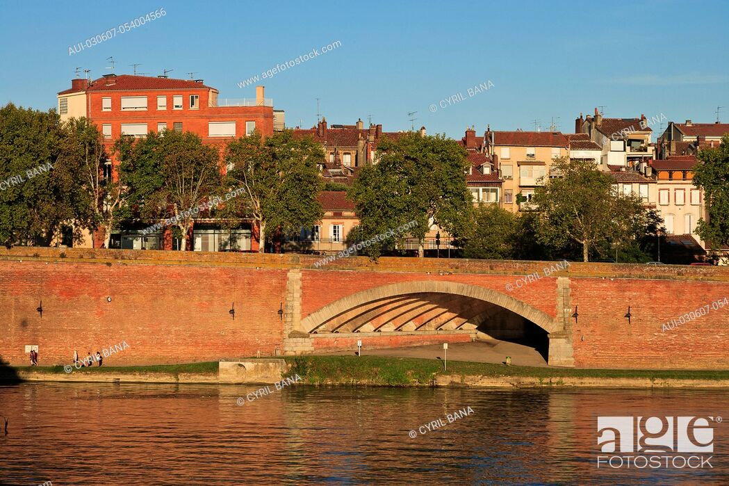 Stock Photo: France, Toulouse, [Garonne river banks], cityscape.