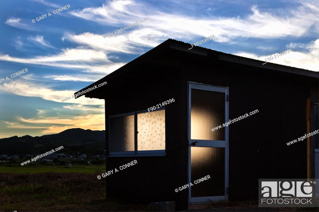 Imagen: Dusk light and shed, Yufuin, Oita, Japan.