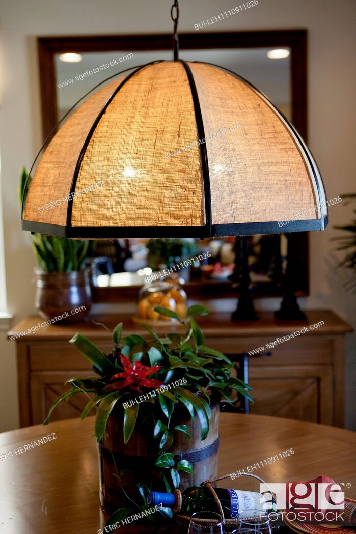 Imagen: Close-up of a hanging light over table at home.