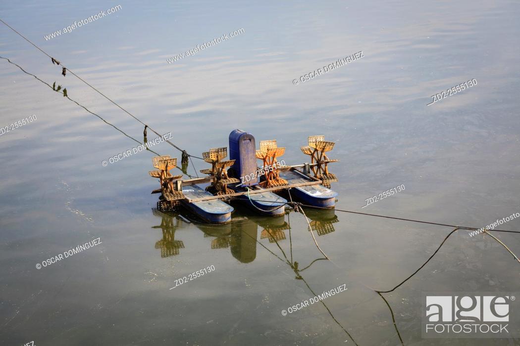 Imagen: Paddlewheel aerator mounted on floats. Israel.