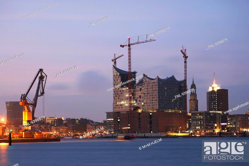 Imagen: Elbphilharmonie in Hamburg at dusk, Germany.