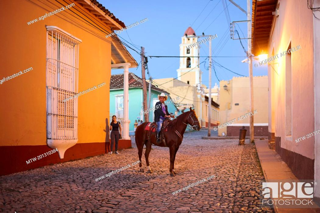 Imagen: Horseman in the evening, Trinidad old town, Cuba.