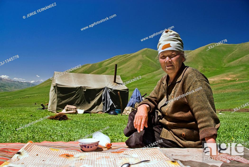 Imagen: Kyrgyz woman outside a tent drinking horse milk, Kyrgyzstan.