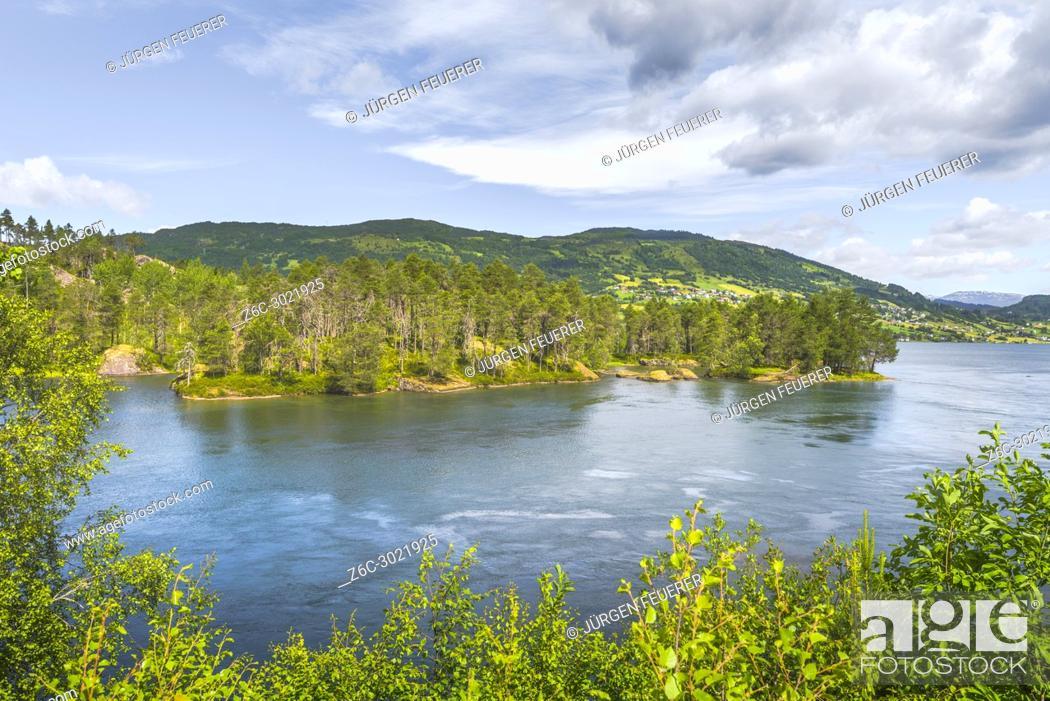 Imagen: lake Hafslovatnet near Solvorn, Norway, village Hafslo, municipality of Luster, Sogn og Fjordane county.