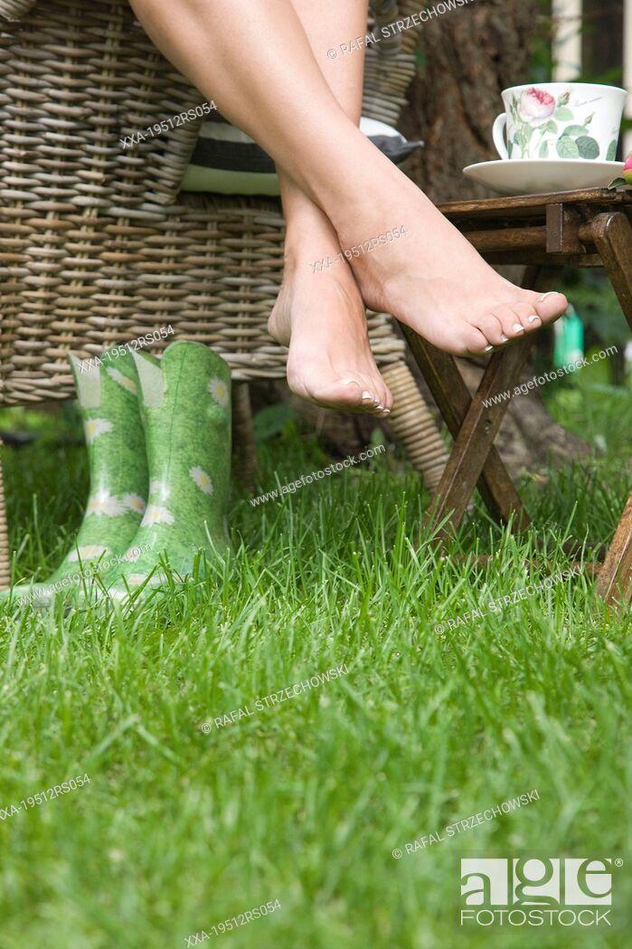 Imagen: Woman relaxing in garden.