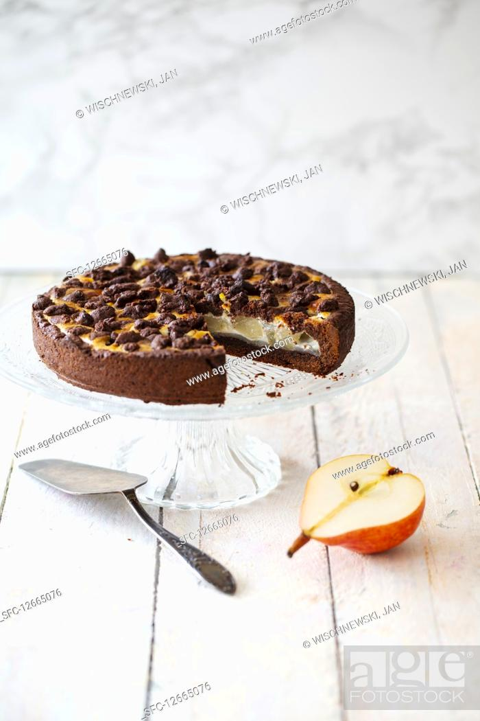 Photo de stock: Chocolate crumble cake made with spelt flour and pears (vegan).