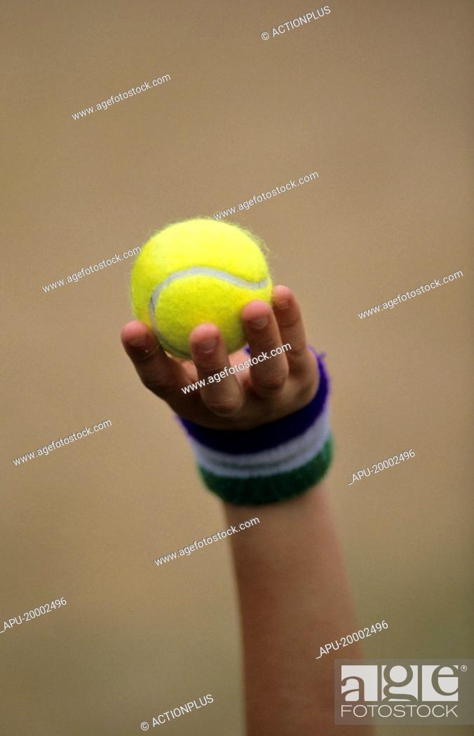 Imagen: Ball boy holding up a tennis ball.