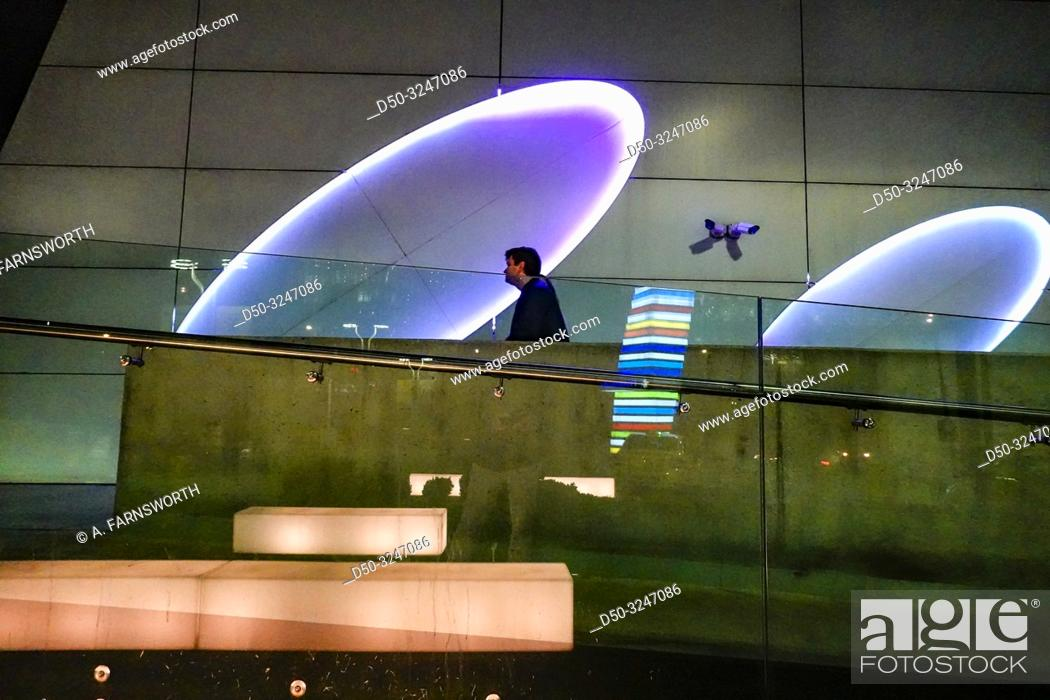 Imagen: Bucharest, Romania Pedestrians entering the Promenada Mall near the Sky Tower.