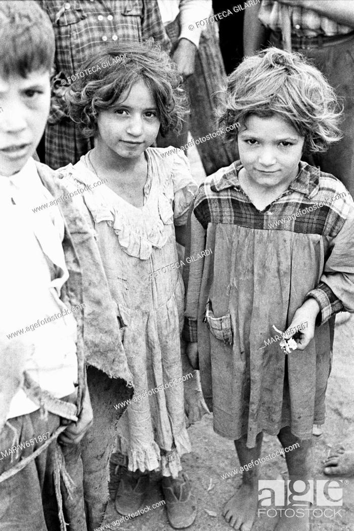 Bambino Qualiano.Qualiano Bambini Braccianti In Attesa Di Ingaggio Per La Giornata Stock Photo Picture And Rights Managed Image Pic Mar W651867 Agefotostock