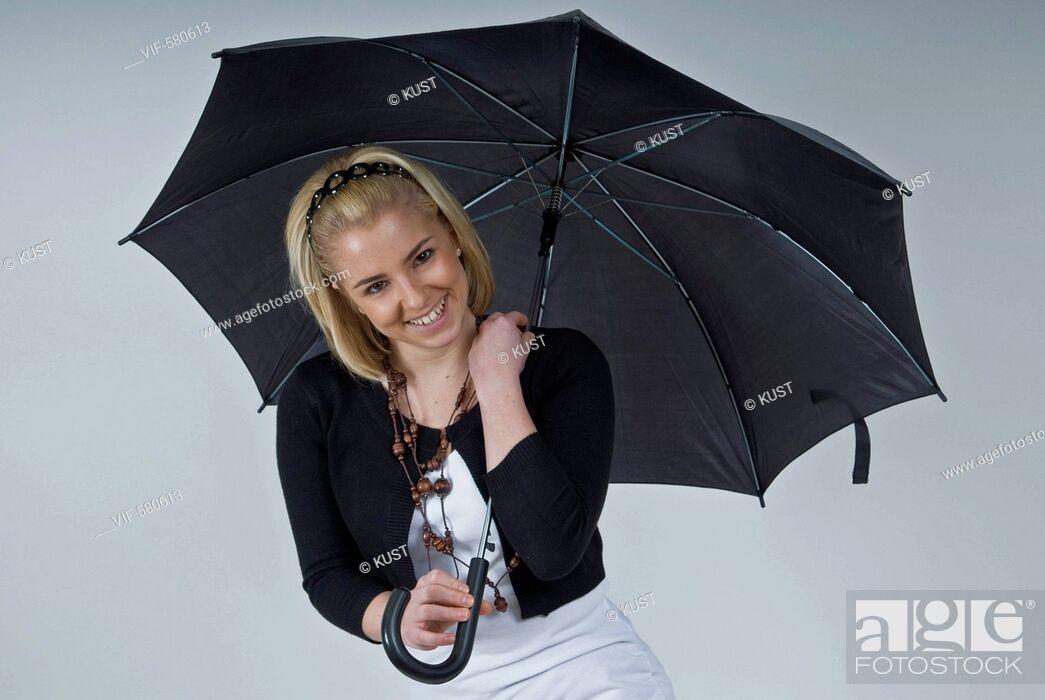 Imagen: junge Frau mit schwarzem Regenschirm - Niederoesterreich, Ísterreich, 26/11/2007.