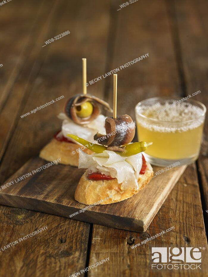 Imagen: tapas de anchoas y pimientos con vaso de cerveza / Anchovies and peppers with beer glass.