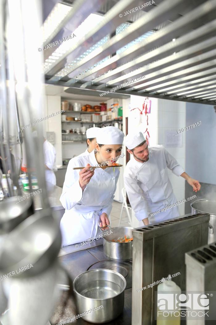 Imagen: Trying the food, Chef, Cooks in cooking school, Cuisine School, Donostia, San Sebastian, Gipuzkoa, Basque Country, Spain, Europe.