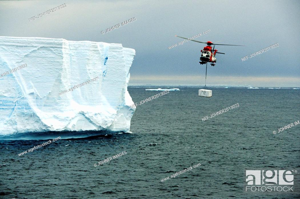 Imagen: Helicopter carry freight over sea.