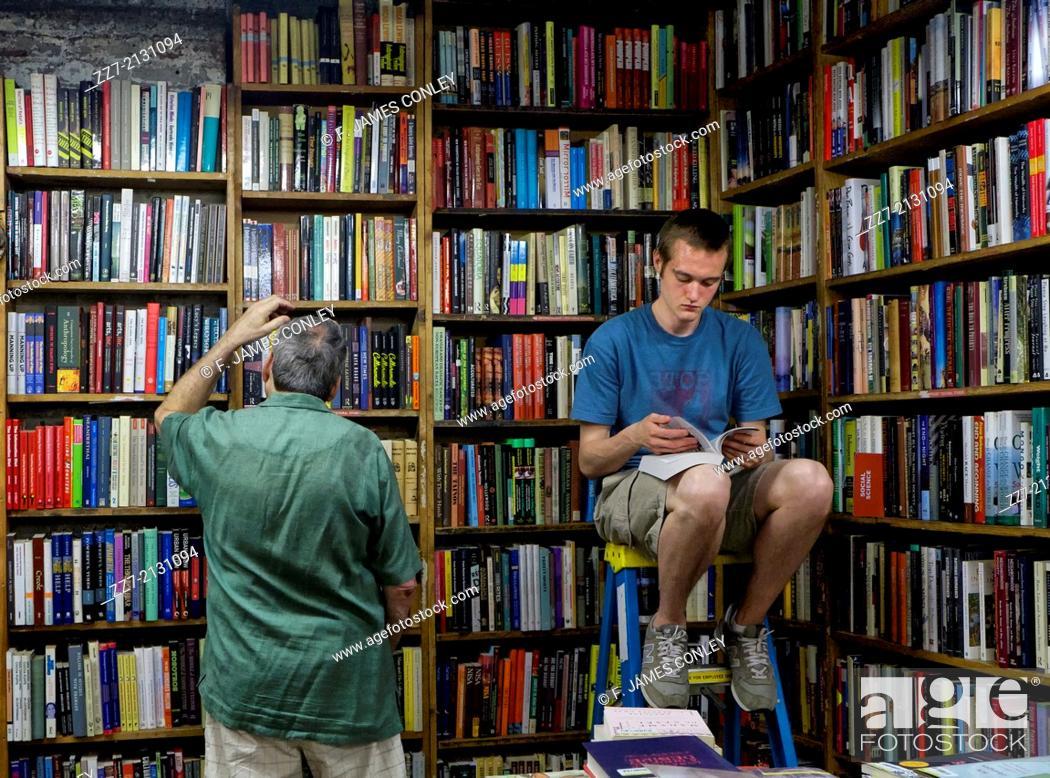 Imagen: A man reads in a bookstore.