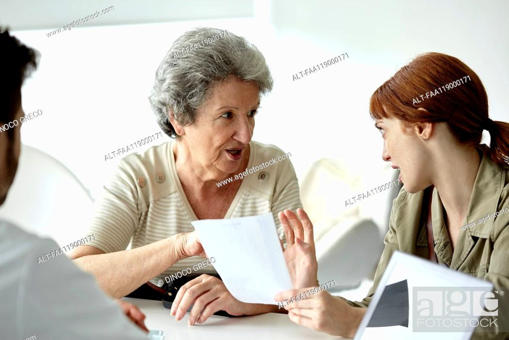 Imagen: Mother and daughter talking in clinic.