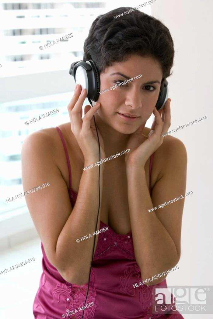 Imagen: Young woman listening to music.