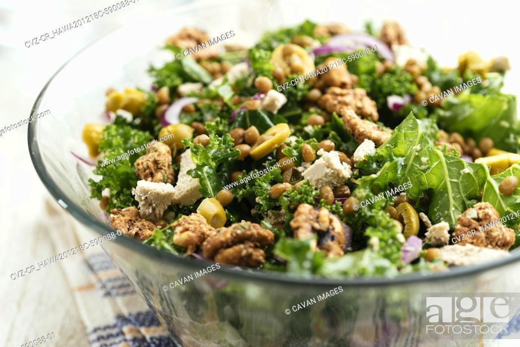 Imagen: Mediterranean Kale and Lentil Salad with Olives and Vegan Feta.