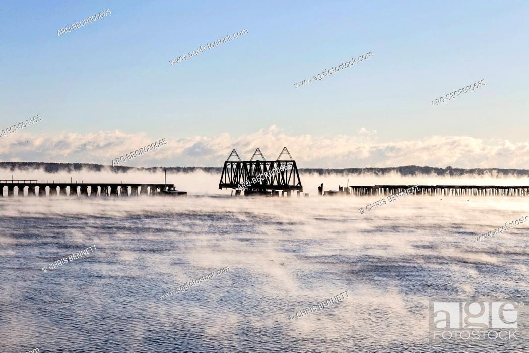 Imagen: Seasmoke rises off the harbor in Portland, Maine on an extremely cold morning.