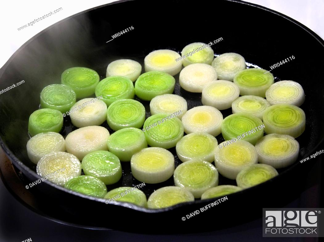 Imagen: Leeks Cooking in Cast Iron Skillet.