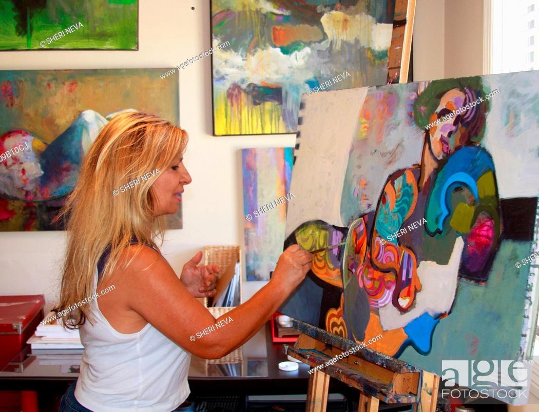Imagen: Artist painting artwork on canvas.
