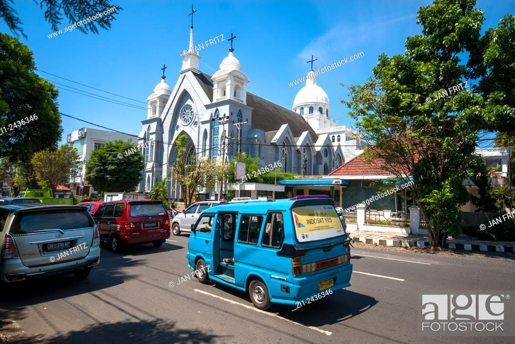 Stock Photo: Cityview with mosque and traffic in Manado, Sulawesi, Indonesia.