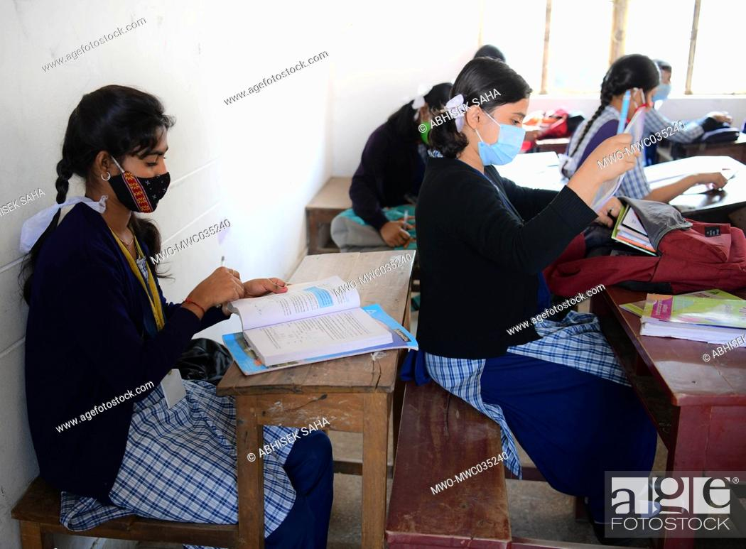 Imagen: Students wearing masks have attended the first day of school. The Tripura government has allowed schools from class five to class nine to start functioning with.