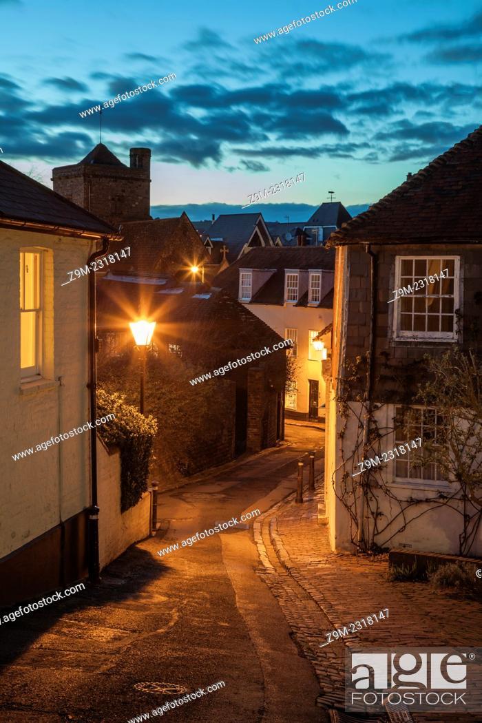 Imagen: Night falls on Chapel Hill, Lewes, East Sussex, England, United Kingdom.