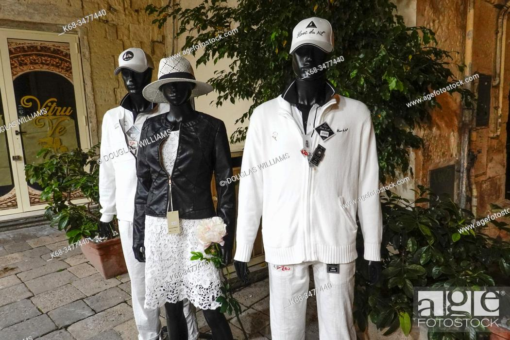 Imagen: Mannequins outside a store in Lecce, Puglia, Italy.