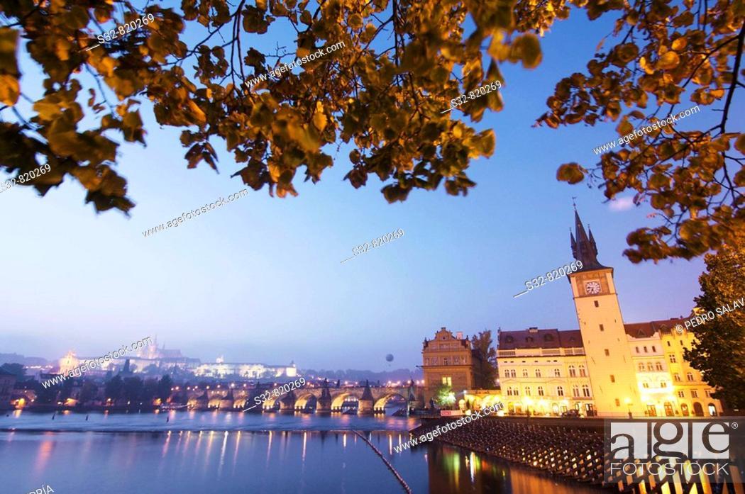 Stock Photo: Vista nocturna sobre el ri'o Moldava; al fondo Catedral de san Vito (siglo XIV) - go'tico) y el Puente Carlos IV; Praga; Repu'blica Checa.