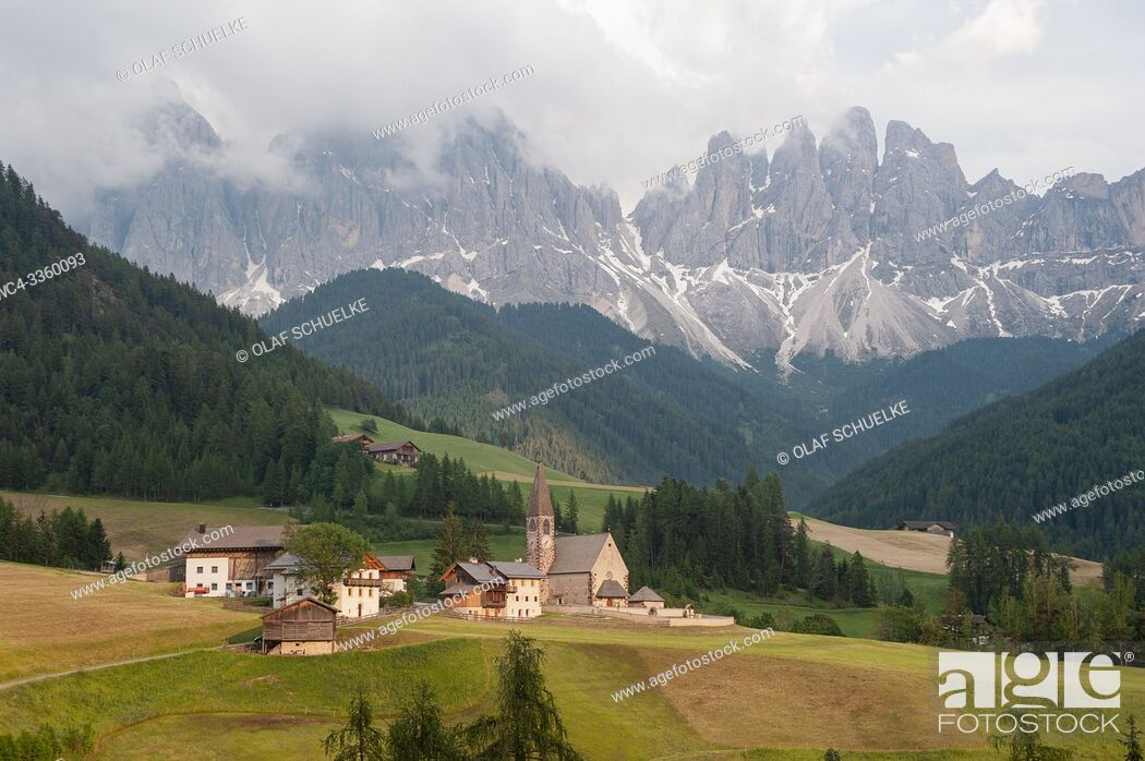 Imagen: St. Magdalena, Villnoess, Trentino-Alto, South Tyrol, Italy, Europe - The Nature Park of the Villnoess Valley with Dolomite mountains of the Puez Geisler Group.