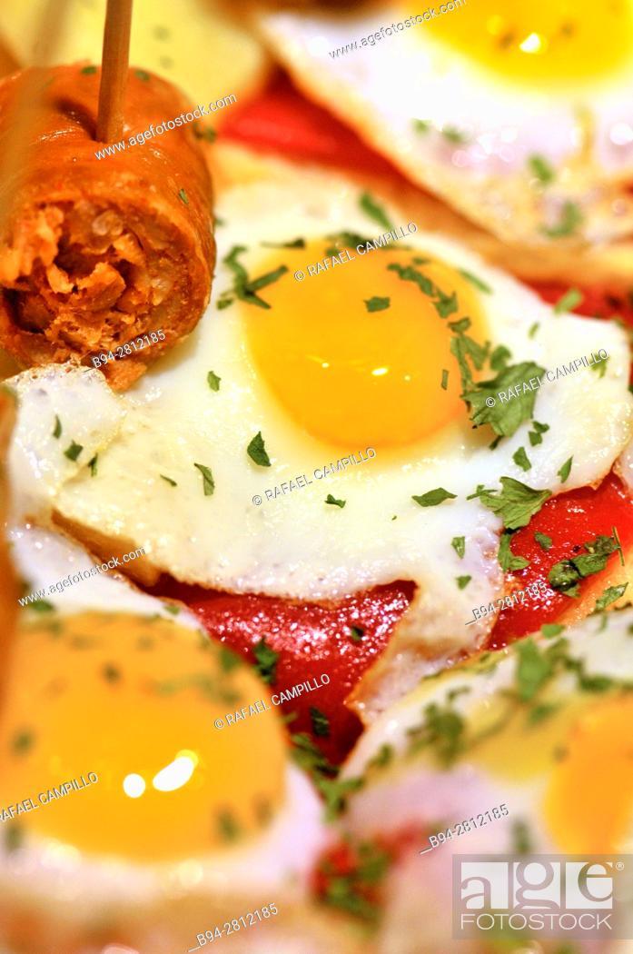 Imagen: Fried eggs. Pintxos or Tapas. Food very Typical in the Basque country. San Sebastián (Donostia), Gipuzkoa, Basque Country, Spain.