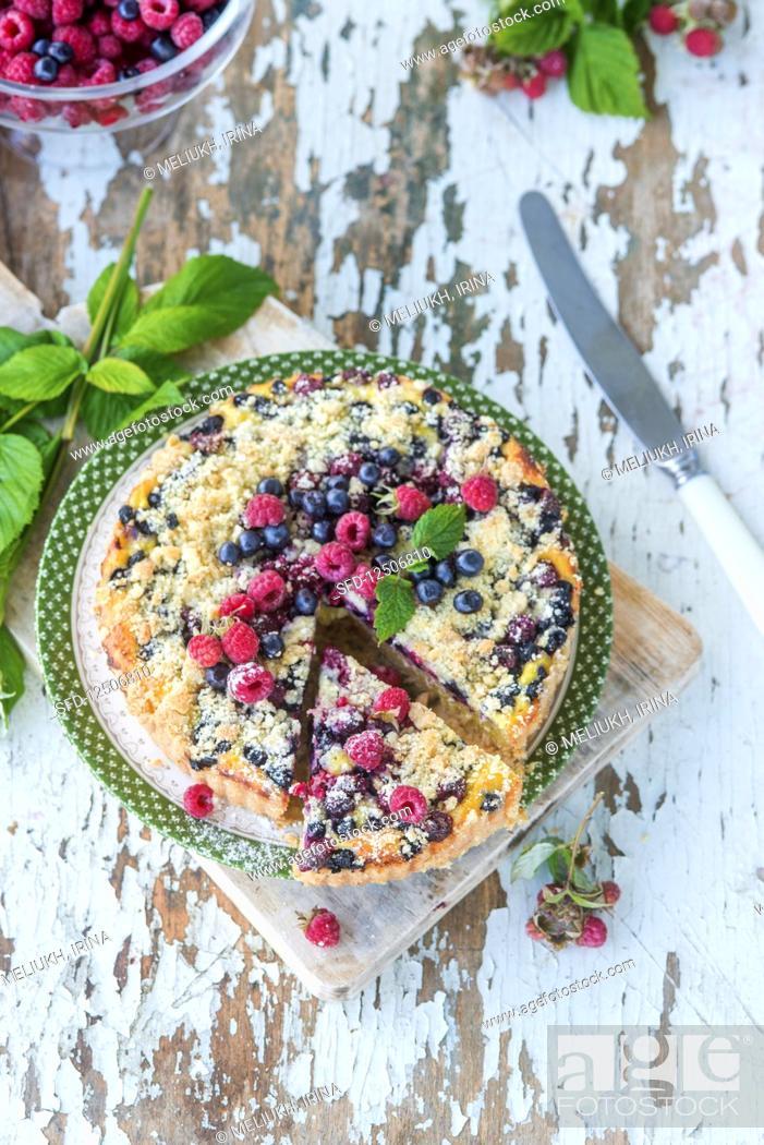 Photo de stock: Berry crumble cake.