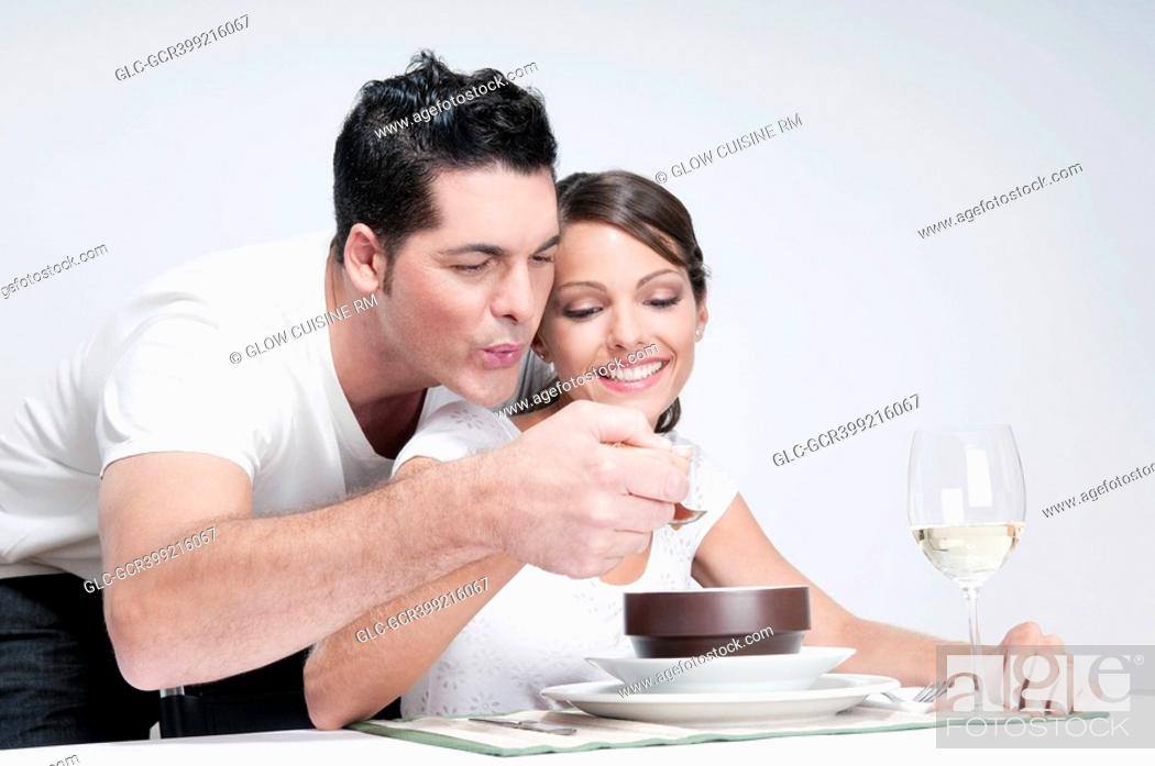 Imagen: Man feeding soup to his wife.