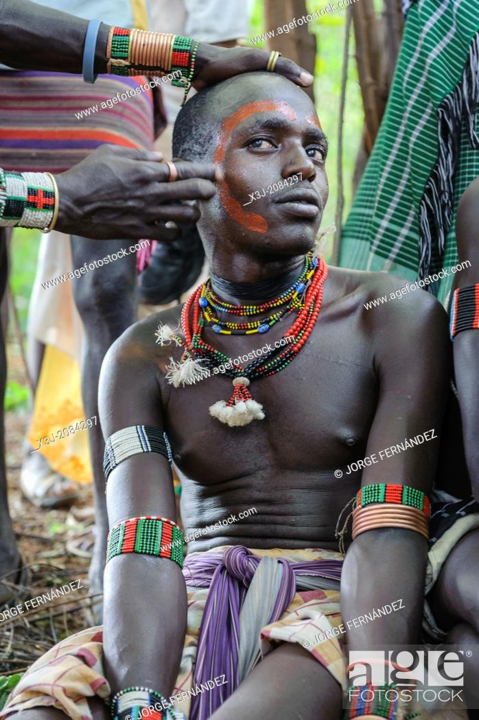 Imagen: Maza getting ready to participate in the bull jumping ceremony, Omo valley, Ethiopia.