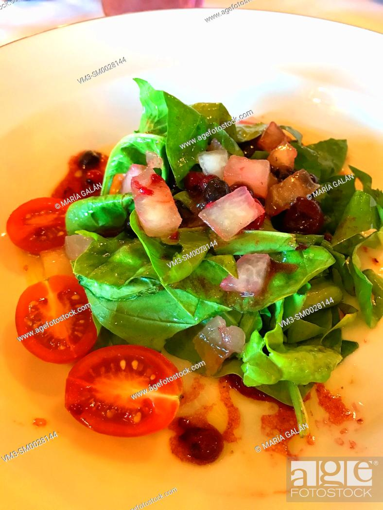 Stock Photo: Salad made of spinach, red onion, cherry tomato and olive oil.