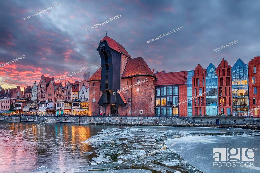 Imagen: Gdansk Zuraw, a famous sight on the bank of Motlawa river, winter sunset.