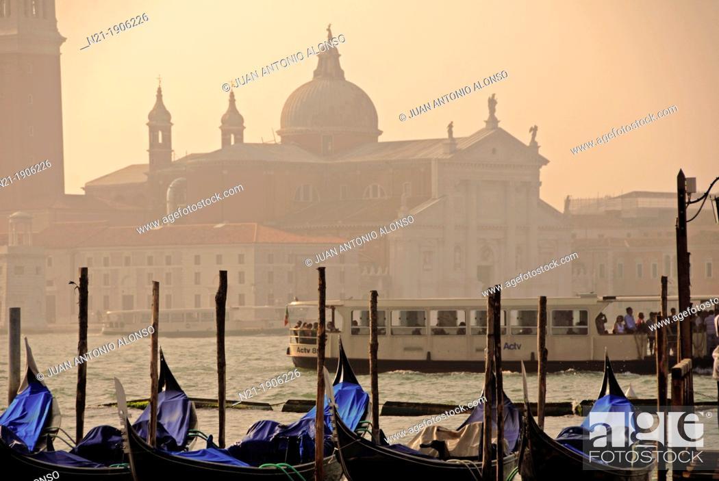 Imagen: Gondolas at a dock in the Canal Grande. In front, the basilica di San Giorgio Maggiore in the isola di San Giorgio Maggiore.