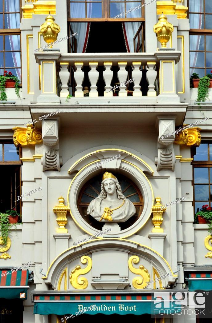 Imagen: Brussels, Belgium. Grand Place: De Gulden Boot / La Chaloupe d'Or (Golden Ship) restaurant facade.