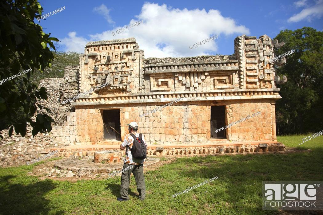 Imagen: Visitor in front of the Palace in Mayan Archaeological Site Xlapak at the Puuc Route, Yucatan Province, Mexico, Central America.