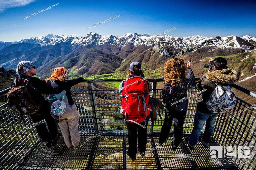 Imagen: View of Deva Valley from El Cable's lookout, in Fuente Dé, Picos de Europa national Park (region of Cantabria, Spain).