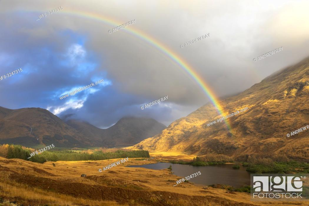 Imagen: A rainbow over Glen Etive in Scotland captured during a spell of sunlight on an afternoon in early November.