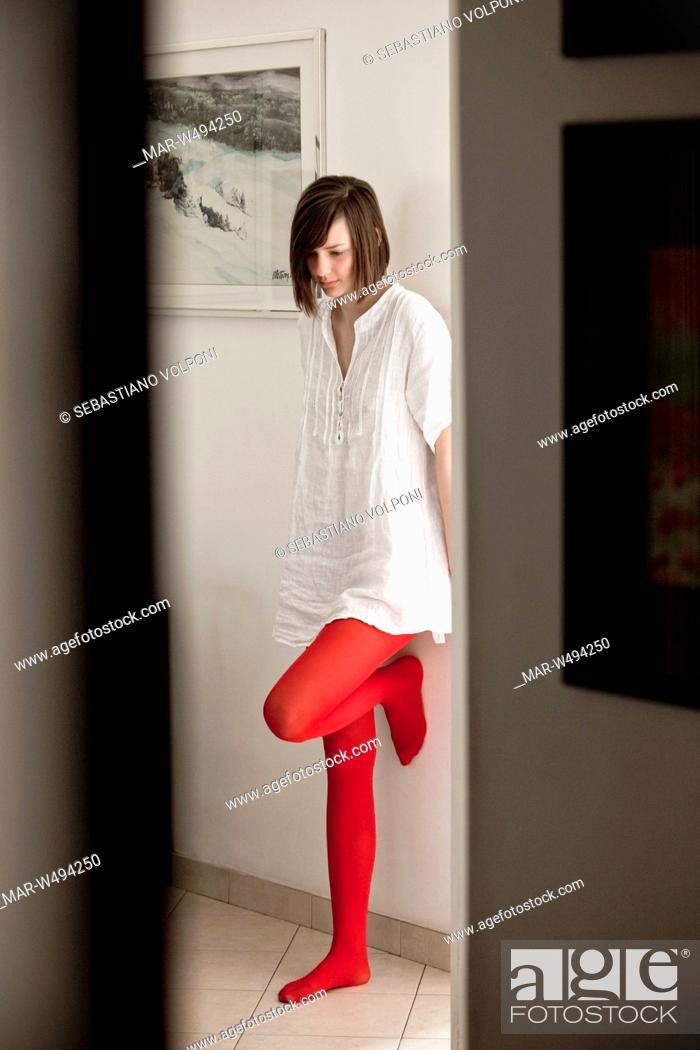 scarpe da corsa famoso marchio di stilisti prezzi una donna con le calze rosse appoggiata al muro in una ...