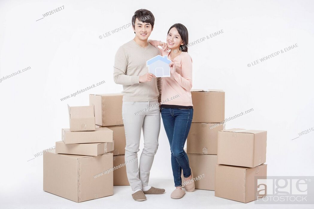 Imagen: Young smiling couple with packages.