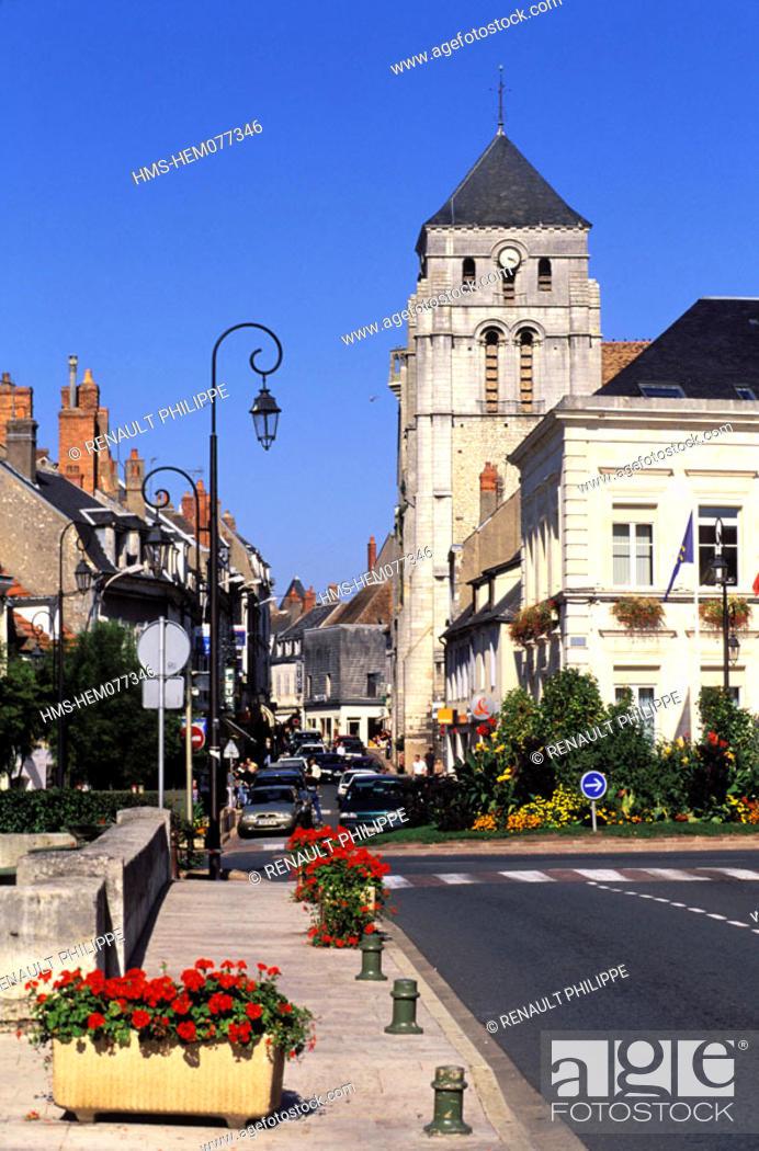 Stock Photo: France, Nièvre (58), Cosne-on-Loire, downtown area and Saint-Jacques church.