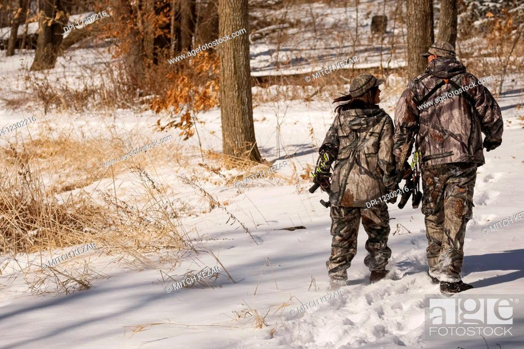 Imagen: Male And Female Bowhunters.
