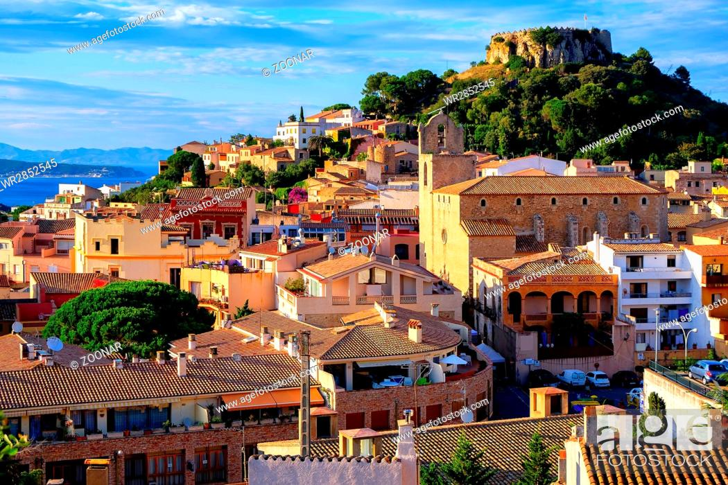 Imagen: Medieval castle in Begur town, Catalonia, Spain.