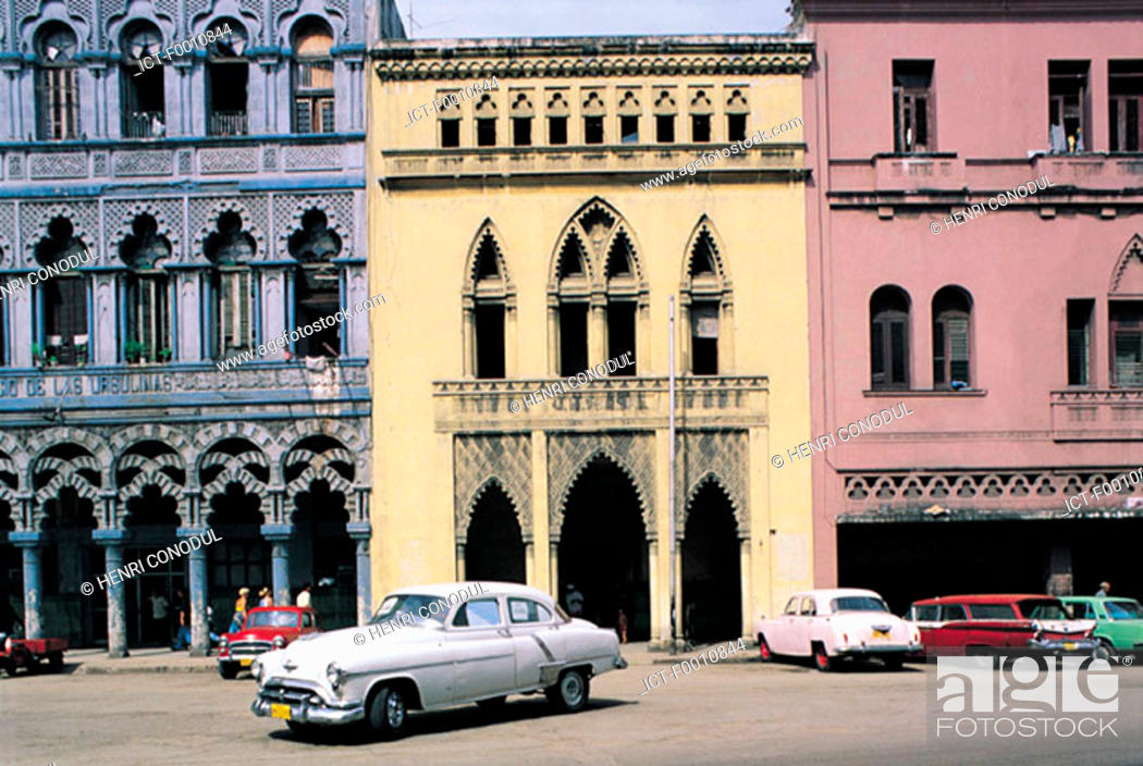 Stock Photo: Havana, old houses, old american cars.